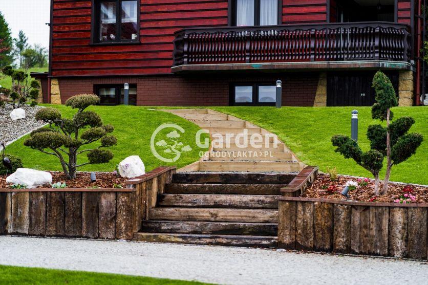 schody-z-belek-drewnianych-drzewka-bonsai
